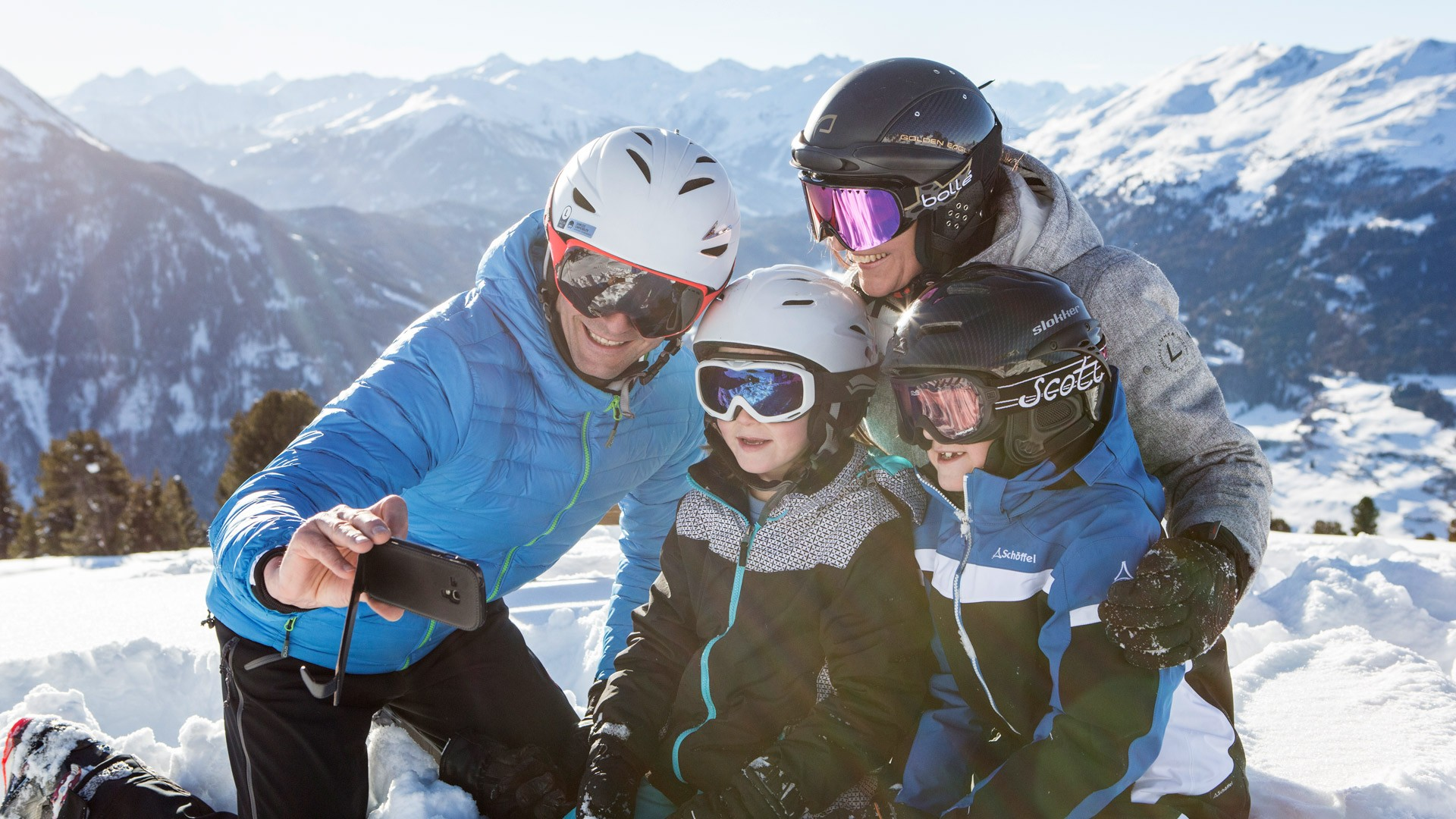 Family skiing Hochzeiger Pitztal