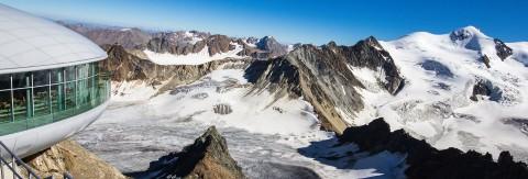 Blick von oben auf die Bergstation der Wildspitzbahn mit Wildspitzblick