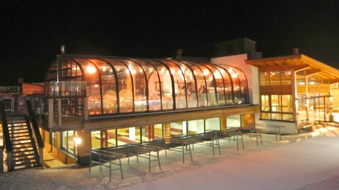 Panoramalounge Glaskuppel bei Nacht.