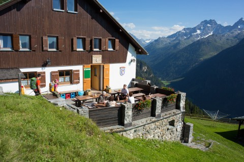 The sun terrace of the Ludwigsburgerhüttte welcomes thirsty mountain bikers after 770 meters of altitude