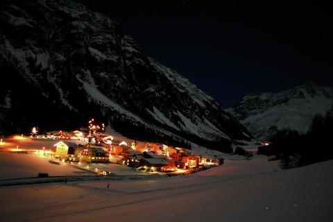 weihnachtliches Plangeroß bei Nacht