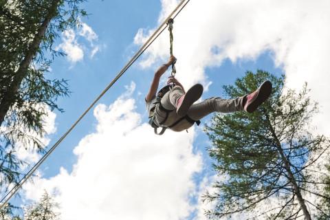 An der Seilrutsche im Waldseilgarten des Pitztals