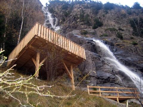 Einmalige Aussicht begleitet von tosenden Wasserfällen