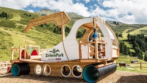 ZirbenPark Hochzeiger Pistenbully aus Holz