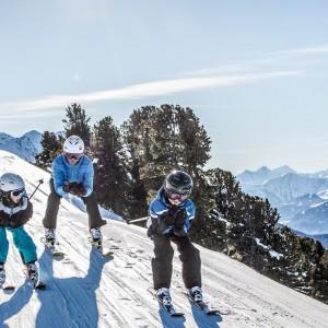 Familie beim Skifahren im Pitztal am Hochzeiger