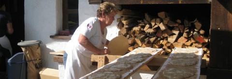 Brotbacken bei der Mühle in Jerzens