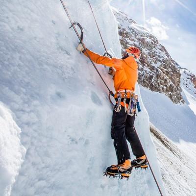 Eiskletterer in der Eisarena am Pitztaler Gletscher